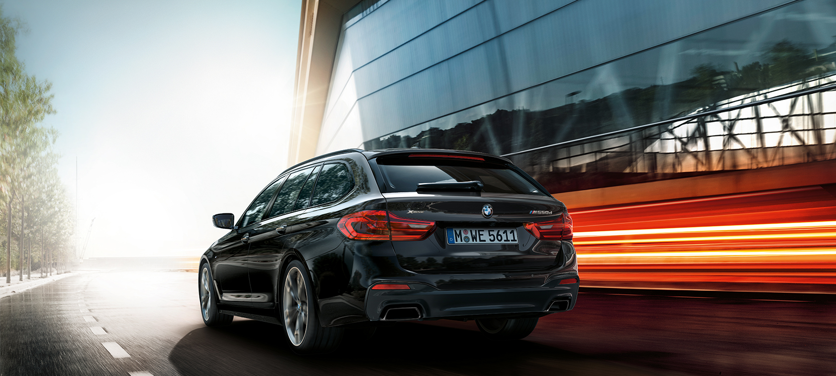 BMW M550d xDrive Туринг G31 Azurite Black metallic три четвърти изглед отзад BMW M550d Туринг